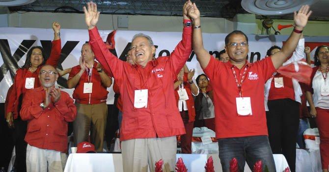 Los candidatos a presidente y vicepresidente del Frente Farabundo Martí para la Liberación Nacional (FMLN), Salvador Sánchez Cerén (izq) y Oscar Ortiz el 4 de noviembre.