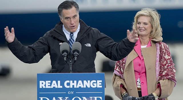 El candidato republicano Mitt Romney junto a su esposa Ann Romney en campaña en Ohio.