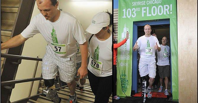 Zac Vawter, de 31 años, llega al piso 103 después de subir todas las escaleras con una pierna biónica controlada por la mente en la Torre Willis de Chicago, el domingo 4 de noviembre.