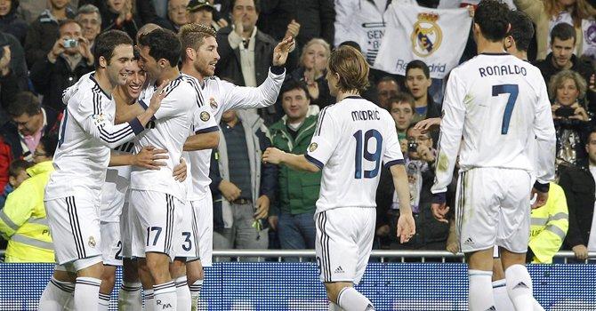El centrocampista argentino del Real Madrid Ángel Di María (2do izq.) celebra su gol, durante el partido frente al Zaragoza en la Liga en el estadio Santiago Bernabéu, el domingo 4.
