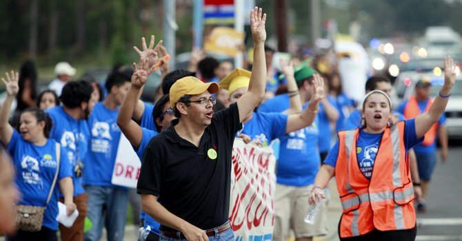 Gustavo Torres, director de CASA de Maryland, y estudiantes durante una marcha en octubre de 2012 a favor de las Pregunta 4 por el  DREAM Act de Maryland.