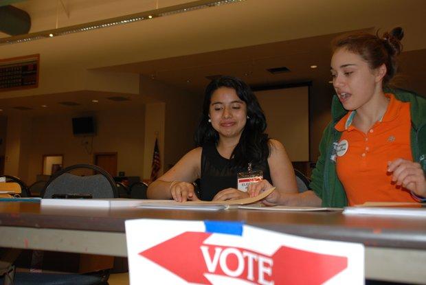 Jessica Alba (izq.) de 15 años y de la Annandale High School, y Eve Kassalar, de 18, de la Falls Church High School, sirven en el precinto del Departamento de Bomberos de Annandale.