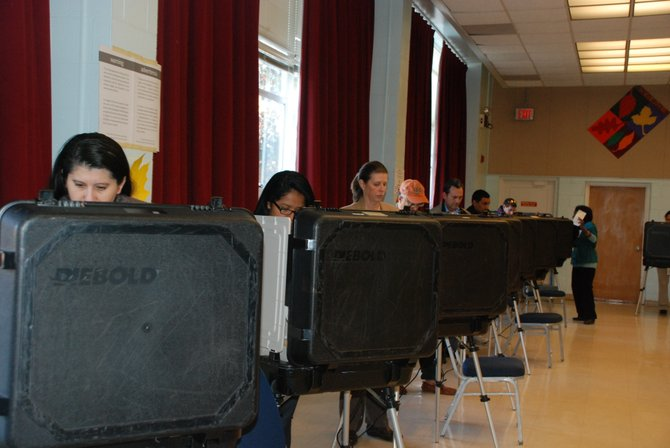Votantes en el Holiday Senior Center de Wheaton, el martes 6. Crédito: ETL