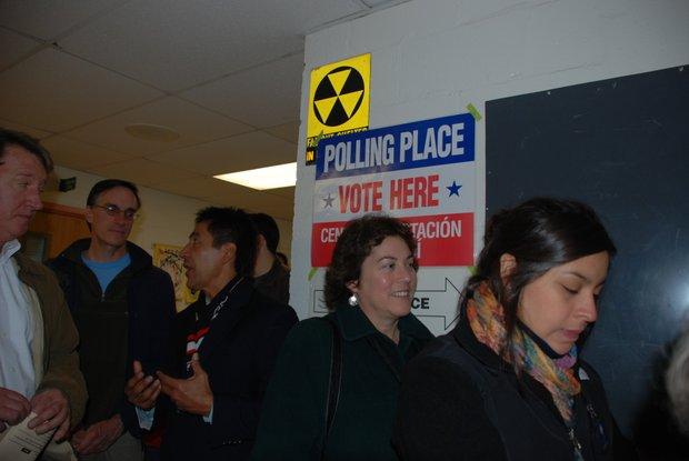 El miembro de la Junta de Gobierno de Arlington (tercero de la izq.) en fila para votar el 6 en la escuela McKinley.