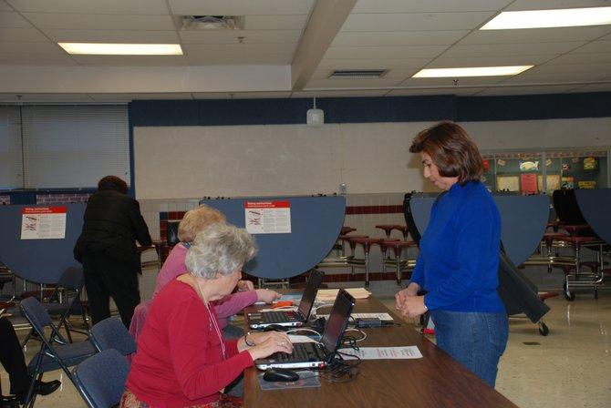 Vilma Rosales, parada, el martes 6, espera el visto bueno para votar, en Springfield, Virginia. Crédito: ETL