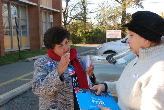 La delegada estatal de Maryland Ana Sol Gutiérrez con una votante, el 6. Crédito: ETL