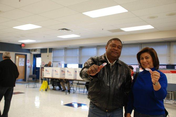 Los esposos Evaristo y Vilma Rosales, tras votar el martes 6 en la escuela Crestwood, de Virginia. Crédito: ETL