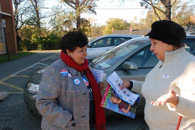 La delegada estatal de Maryland Ana Sol Gutiérrez, con una votante, el 6. Crédito: ETL