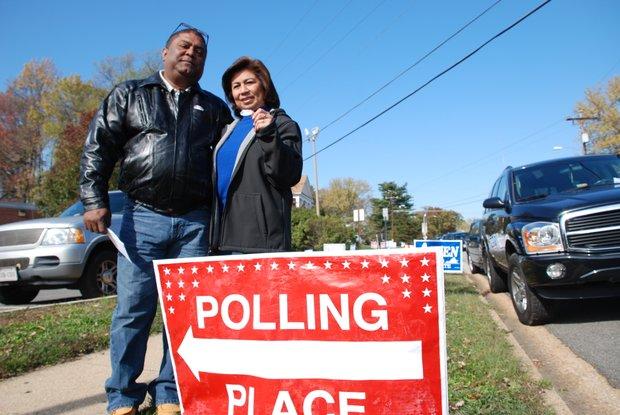 Los esposos Evaristo y Vilma Rosales, de Nicaragua y Perú, respectivamente, después de votar en la escuela Crestwood, de Virginia.Crédito: ETL