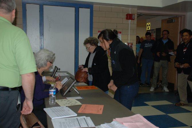 Alicia Brizuela, de 20 años, en la escuela elemental McKinley de Arlington, VA. Primera vez que vota en una elección presidencial. Crédito: ETL