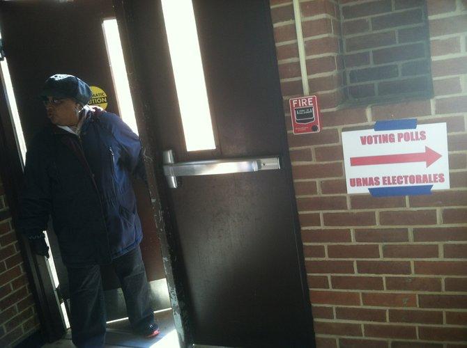 Señal hacia las urnas en el Rocking Horse Center, en Rockville. Crédito: ETL