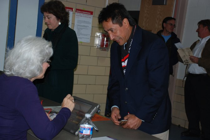 Walter Tejada, de la Junta de Gobierno de Arlington antes de emitir su voto. Crédito: ETL