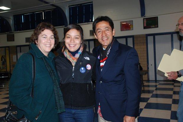 Walter Tejada, miembro de la Junta de Gobierno de Arlington, con su esposa Robin y sobrina Alicia, en su precinto de votación el martes 6 de noviembre. Crédito: ETL