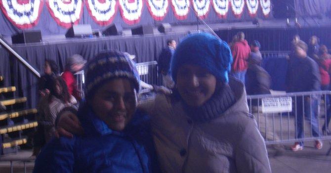 Mellisa Alberto (izq.) de 14 años, y su hermana antes que el presidente Barack Obama y el ex presidente Bill Clinton lleguen a Bristow, VA, el sábado 3 de noviembre.