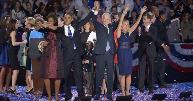 Barack Obama festeja la reelección con el vicepresidente Joe Biden y sus familias, el 7 de noviembre, en Chicago.