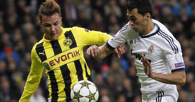 El defensa del Real Madrid Álvaro Arbeloa (der.), disputa el balón con el centrocampista del Borussia Dortmund Mario Götze durante el partido de la Liga de Campeones, el martes 6 en el estadio Santiago Bernabéu.
