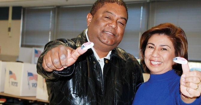 FELICES. Evaristo y Vilma Rosales tras votar en la escuela Crestwood de Springfield, Virginia, el 6.