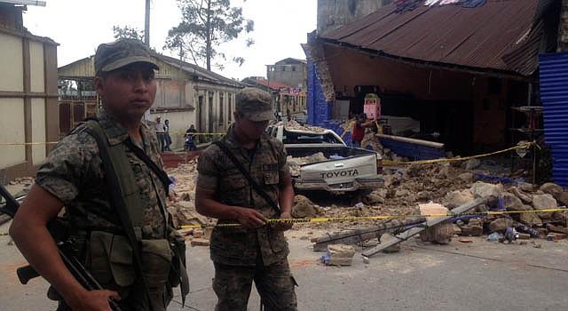 Soldados frente a una casa que fue destruida en el departamento de San Marcos, Guatemala tras el terremoto que sacudió el miércoles 7 de noviembre al país.