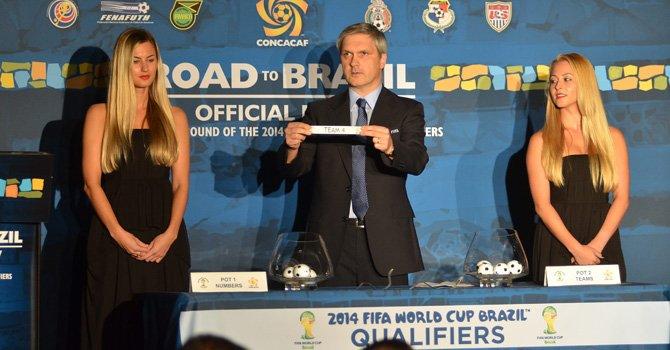 Un directivo de la FIFA participa junto a dos modelos en el sorteo del hexagonal final de la Concacaf que se realizó el miércoles 7 en Miami.
