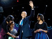 FAMILIA. Michelle Obama, Sasha, Barack Obama y Malia, en Chicago, antes del discurso, el 7.