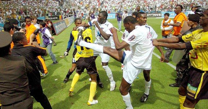 La violencia en el fútbol ecuatoriano también llega al terreno de juego con peleas entre los jugadores.