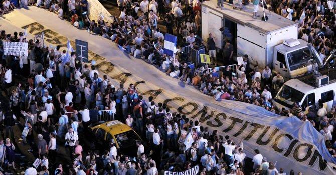 Multitudinaria protesta contra Gobierno de Fernández