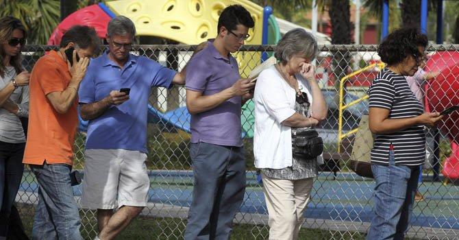Unos electores esperan su turno para votar en las elecciones presidenciales en Miami el 6 de noviembre.