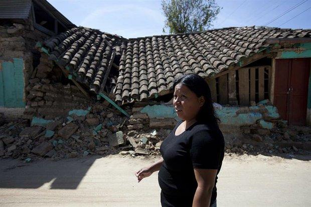 Una mujer permanece frente a una casa destruida el jueves 8 de noviembre de 2012, en el municipio de San Cristobal Cucho, en San Marcos, Guatemala.