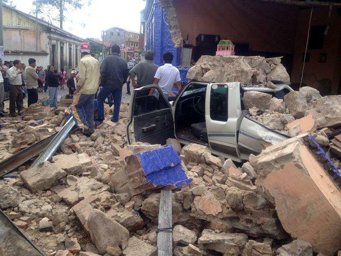 Un auto cubierto de escombros en una calle de San Marcos, Guatemala.