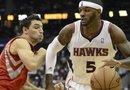 El jugador de los Atlanta Hawks Josh Smith (d) lleva el balón frente a Carlos Delfino, de los Houston Rockets, en un partido el pasado 2 de noviembre.