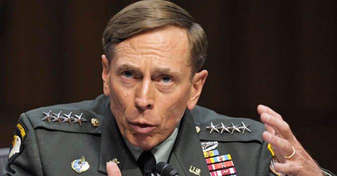 El viernes 10 de noviembre, David Petraeus renunció a su cargo tras revelarse que sostuvo una relación extramarital .