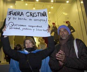 """Un grupo de cerca de 300 personas realizó un """"cacerolazo"""" frente al Consulado argentino de Nueva York."""