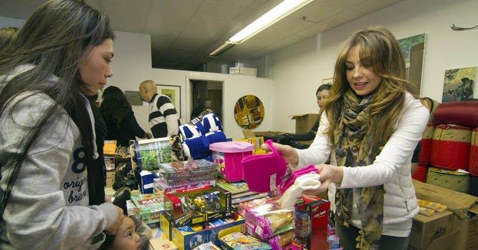 Thalia distribuye ayuda a personas afectados por Sandy