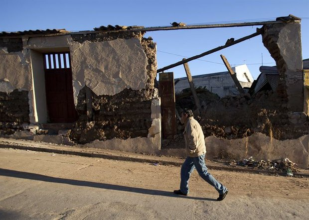 Un hombre camina frente a una casa destruida el viernes 9 de noviembre en el municipio de San Cristóbal Cucho, en San Marcos, Guatemala.