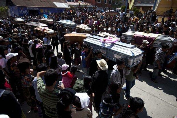 Una multitud asiste el viernes 9 de noviembre, al funeral de 10 miembros de una misma familia, víctimas del sismo que golpeó a Guatemala, en San Marcos.