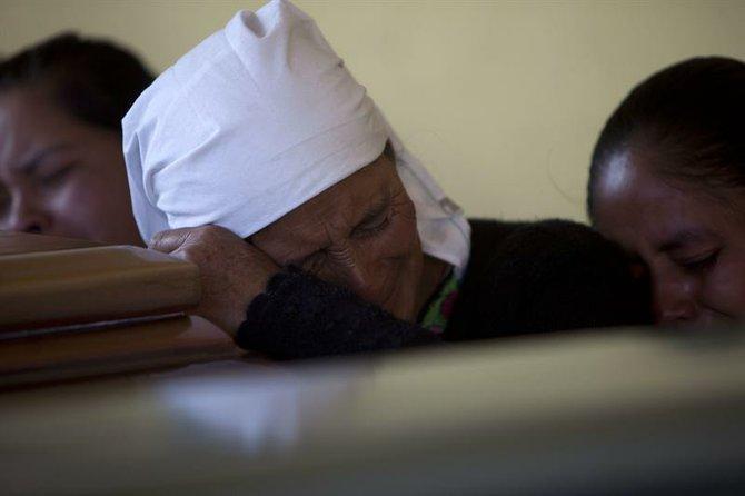 Una mujer llora sobre el féretro de su sobrino mientras asiste el viernes 9 de noviembre a su funeral.