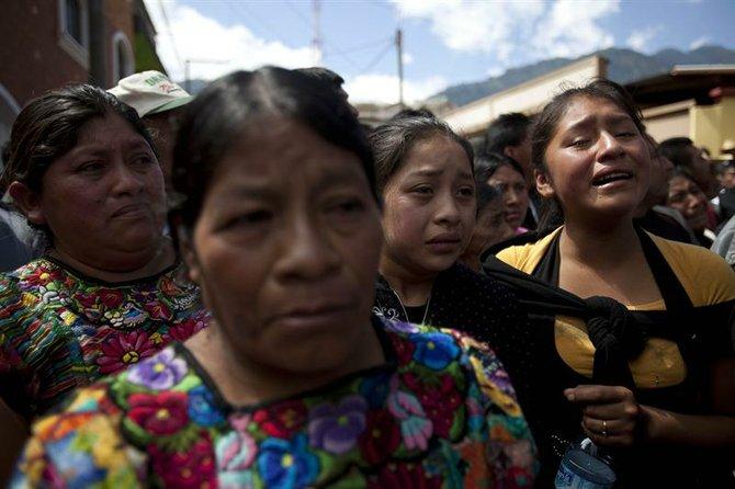 Una multitud asiste el viernes 9 de noviembre de 2012, al funeral de 10 miembros de una misma familia, víctimas del sismo.