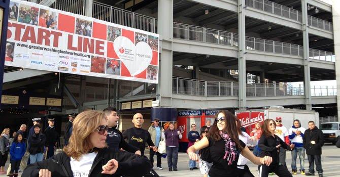 Los asistentes de la Caminata para el Corazón participaron en un baile con Sensazao Dance Fitness antes de caminar 5 kilómetros el sábado 10 de noviembre.