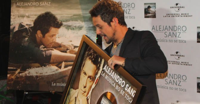 Alejandro Sanz recibe un disco de oro en Hollywood