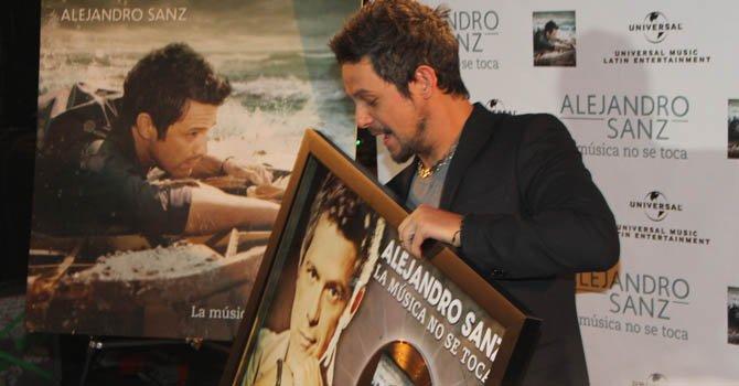 Alejandro Sanz recibe un disco de oro en Hollywood
