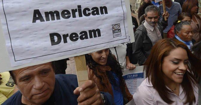 Inmigrantes se congregaron frente a la alcaldía de Los Ángeles donde exigieron la reforma migratoria tras la reelección del presidente Barack Obama.