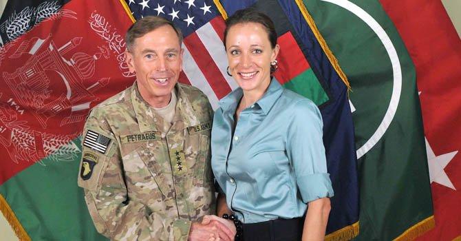 Romance de Petraeus comenzó tras llegar a la CIA