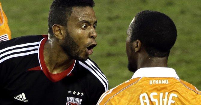 El delantero colombiano del D.C. United, Lionard Pajoy, le grita al jugador Corey Ashe del Dynamo de Houston después de una controversial jugada en el partido en Houston, el domingo 11.