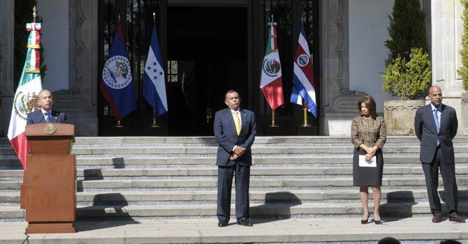 El presidente de México, Felipe Calderón (izq.) junto a sus homólogos Porfirio Lobo de Honduras, y Laura Chinchilla, de Costa Rica; y al primer ministro de Belice, Dean Barrow.