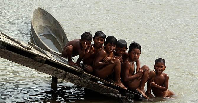 Niños de la etnia wounann mientras se bañan en el río San Juan en Taparalito, departamento de Chocó, Colombia.