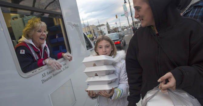 Una voluntaria de la Cruz Roja reparte comida a personas afectadas con la tormenta Sandy en Nueva Jersey el lunes 12 de noviembre.