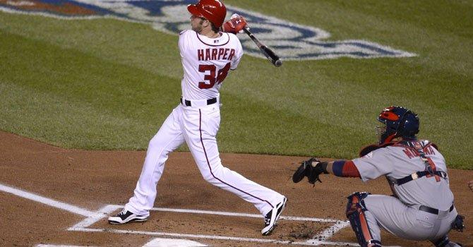 Bryce Harper (izq.), de los Washington Nationals, quien salió lesionado del partido ante los Dodgers, ha tenido un descomunal arranque de temporada con el madero.