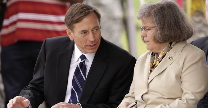 David Petraeus y su esposa Holly el 17 de agosto de 2012.