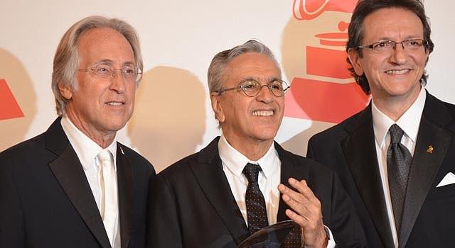 El brasileño Caetano Veloso (centro) recibe el honor como Persona del Año el miércoles 14, en Las Vegas.