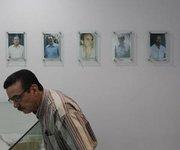 Un salvadoreño visita el museo donde se encuentran los retratos de los seis sacerdotes jesuitas asesinados en 1989 por el Ejército el jueves 15 de noviembre en San Salvador.
